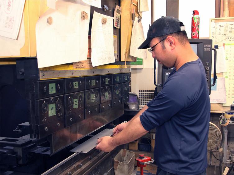 レーザー加工機で加工した品物(SUS溶接)をプレスブレーキにて加工