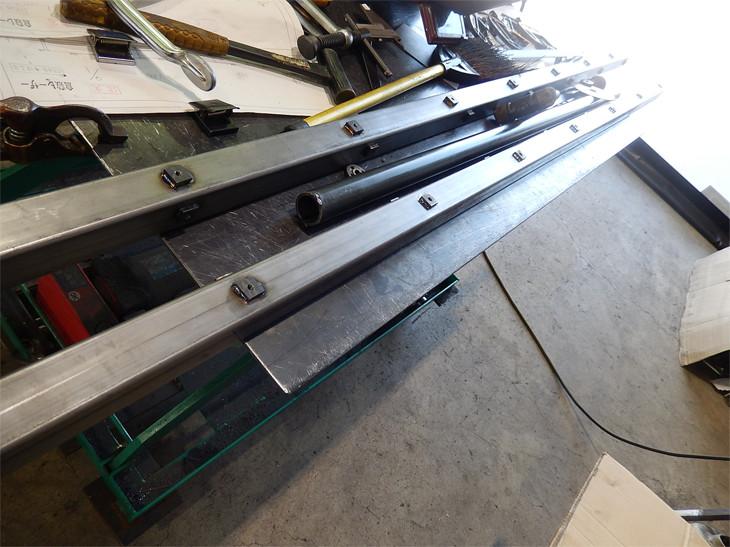 バンドソーにてカットした鉄・角パイプをレーザー加工した鉄プレートを用いてのフレーム制作